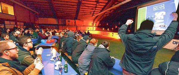 Jubelstimmung: Die Oldenburger Fans feiern vor der Leinwand im Sportpark Donnerschwee einen Touchdown.  Bild: Tobias Frick Nordwest-Zeitung